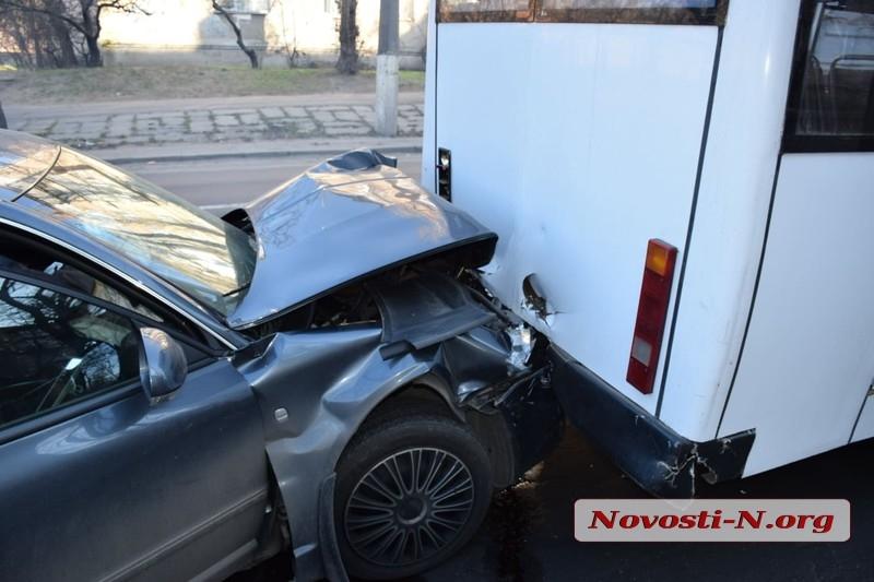 В Николаеве Skoda на высокой скорости врезалась в маршрутку - у водителя случился гипертонический криз
