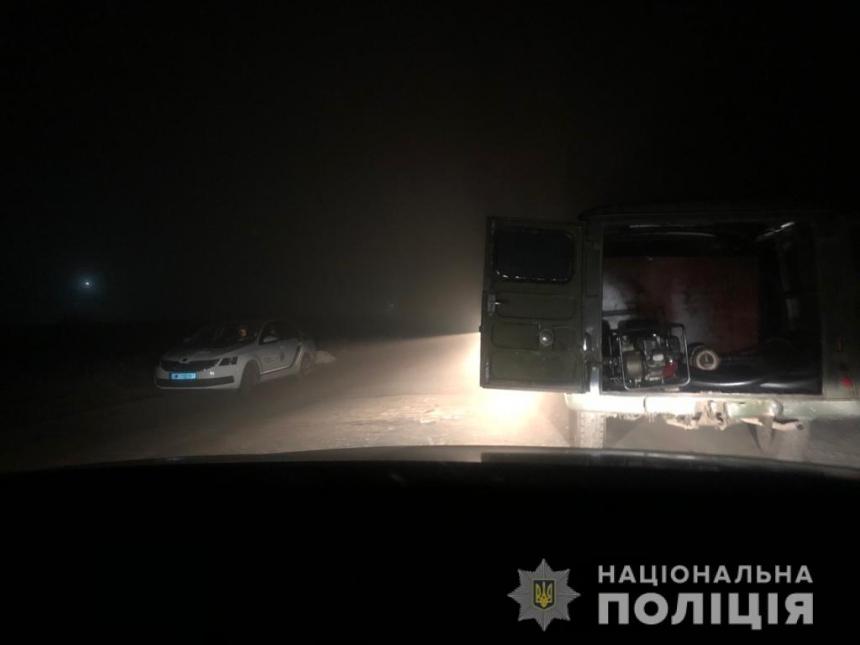В Николаеве «на горячем» поймали вора, сливавшего топливо из тепловоза