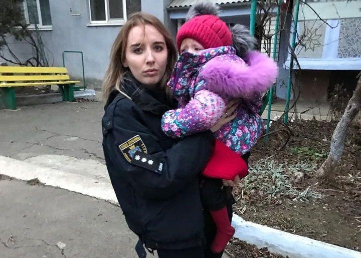 На Николаевщине полиция вместе со спасателями забрали ребенка у пьяных родителей