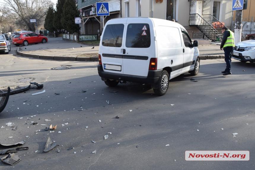 В центре Николаева столкнулись «Ситроен» и «Деу»