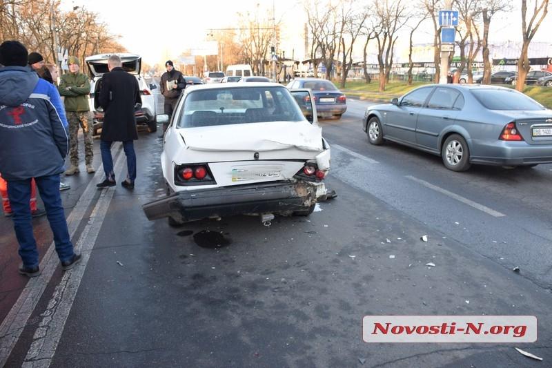 В Николаеве дама на Prado устроила ДТП с тремя авто: травмированы два водителя