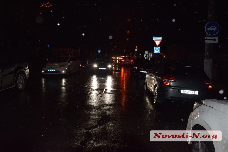 В центре Николаева девушка на «Тойоте» не пропустила «Мерседес»