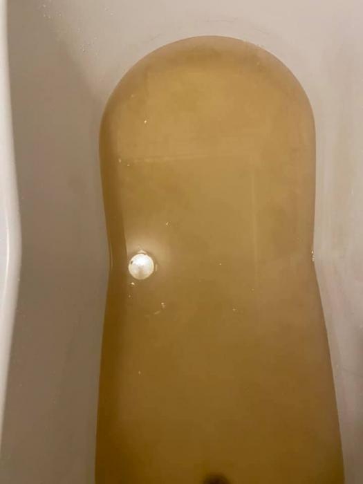 У николаевца из крана течёт вода цвета «анализов» и оставляет налет