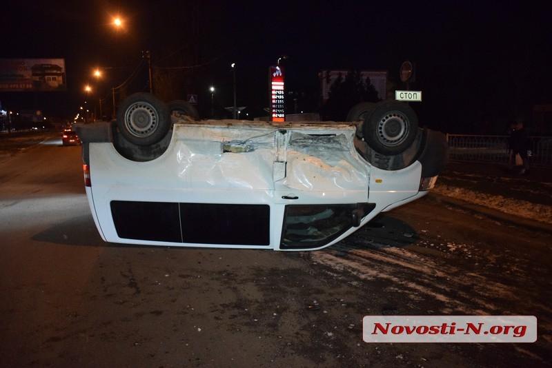 В Николаеве столкнулись два «Фольксвагена»: микроавтобус перевернулся на крышу