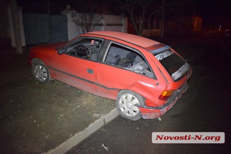 В Николаеве пьяный водитель на Chrysler протаранил учебный Opel и уснул в своем авто