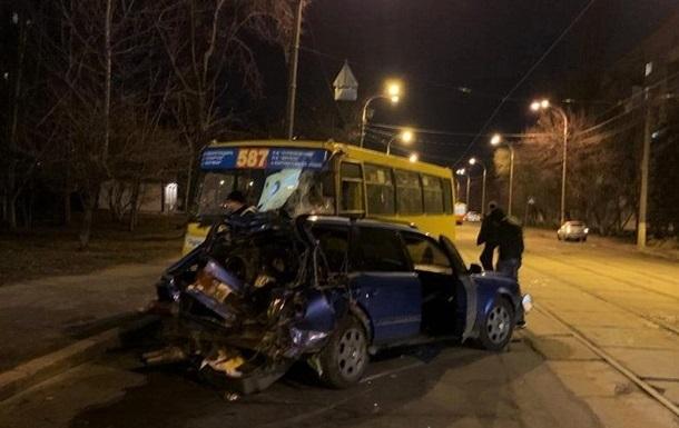 В Киеве пьяный водитель врезался в маршрутку: шесть пострадавших
