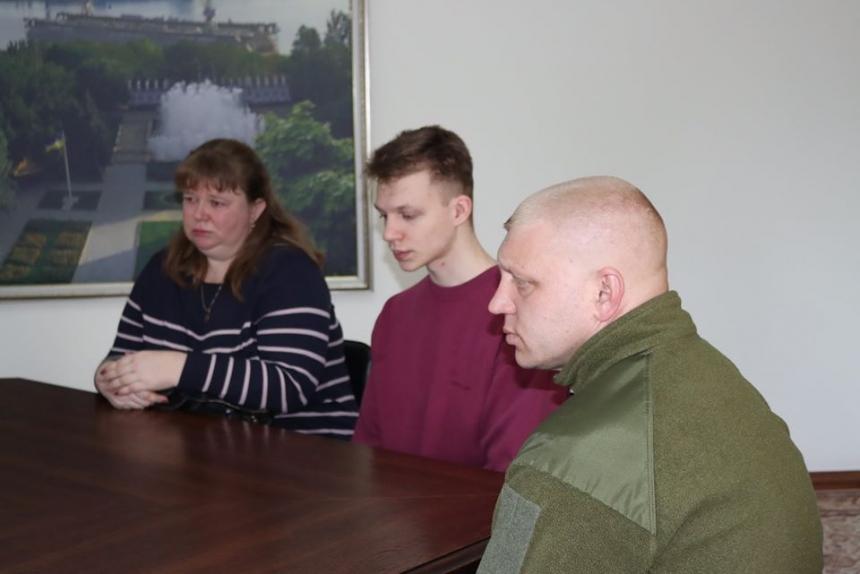 Парень, сломавший артобъект в центре Николаева, извинился, его семья возместит ущерб