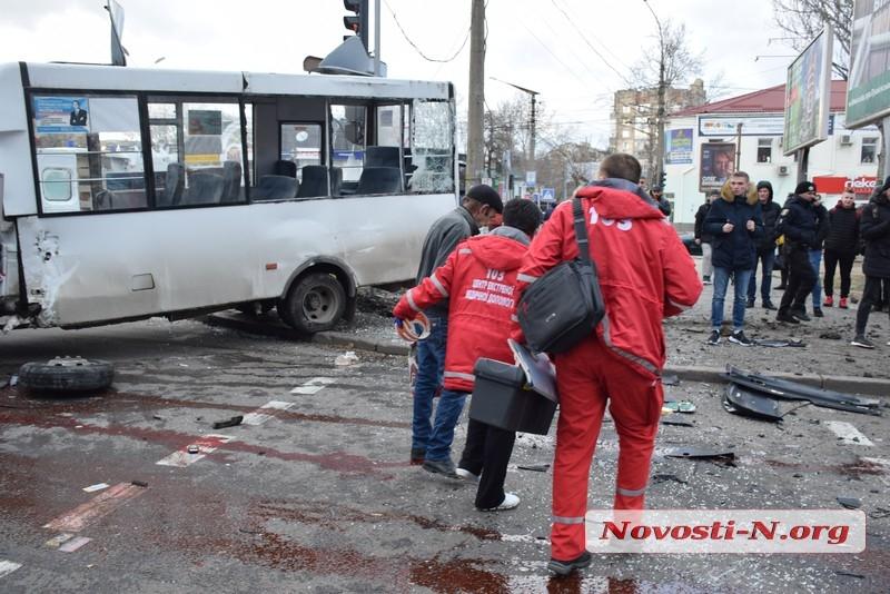 В центре Николаева Range Rover протаранил маршрутку — много пострадавших. ВИДЕО