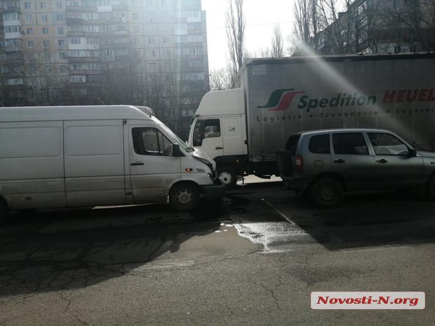 В Николаеве столкнулись три автомобиля
