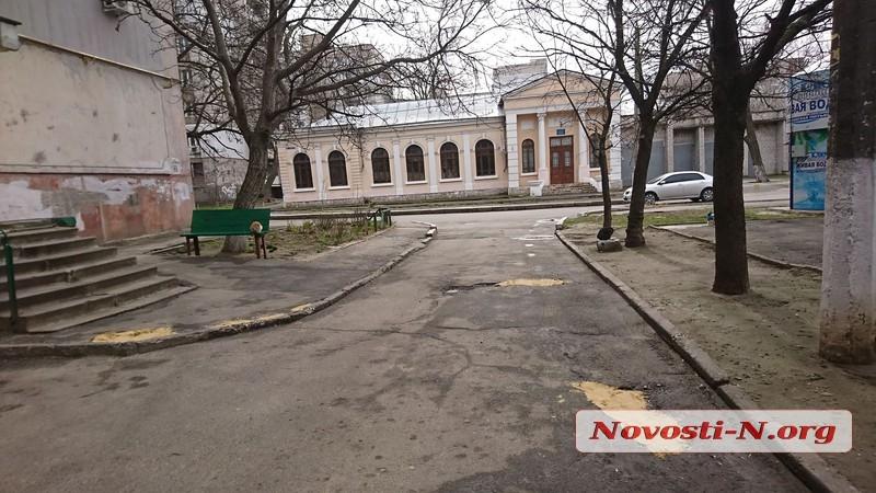 Николаевцы нашли способ самостоятельно латать ямы во дворах