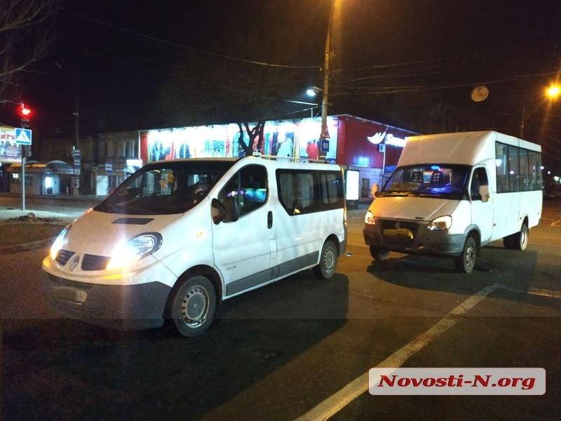 В центре Николаева маршрутка въехала в микроавтобус «Рено»