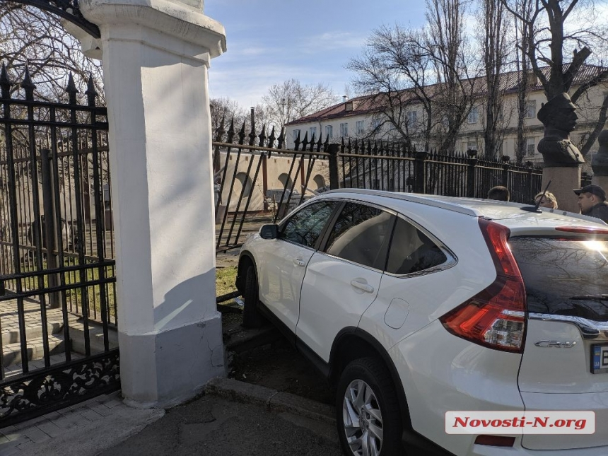 В Николаеве девушка на «Хонде» врезалась в забор музея судостроения