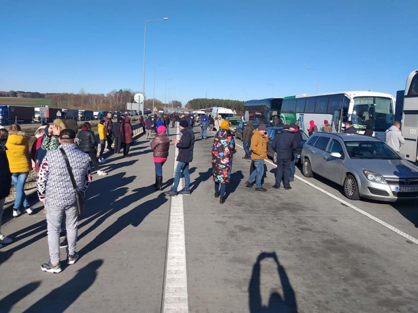 Украинские заробитчане едут домой: на границе  огромные очереди (Фото)