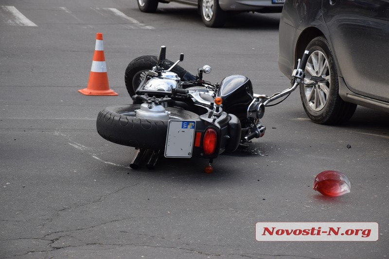В центре Николаева Yamaha врезалась в «Тойоту»: пострадал мотоциклист
