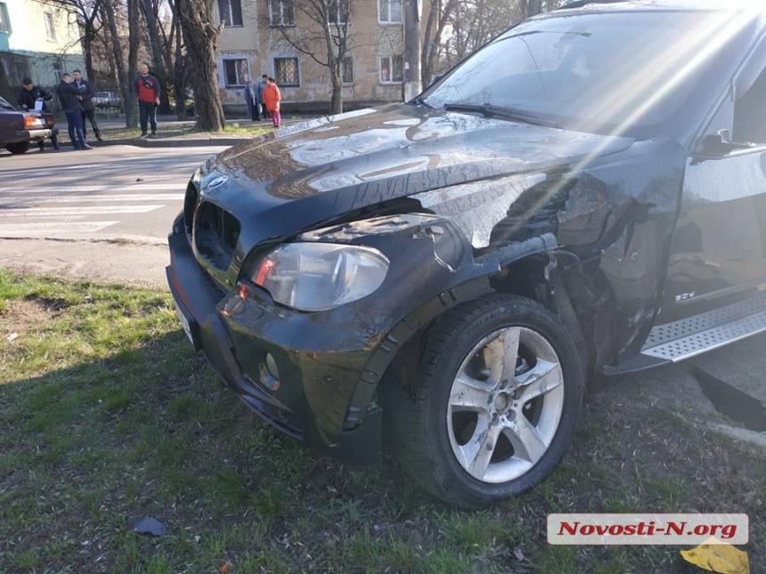 В Николаеве девушка на «БМВ» сбила мотоцикл: двое пострадавших