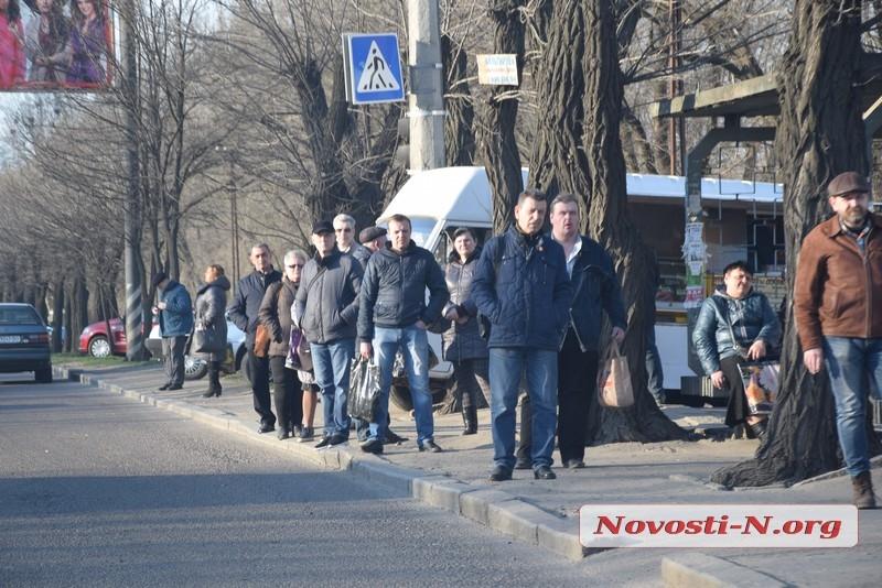 Карантин в Николаеве: на остановках очереди, контролеров, не пускающих пассажиров, пытаются бить