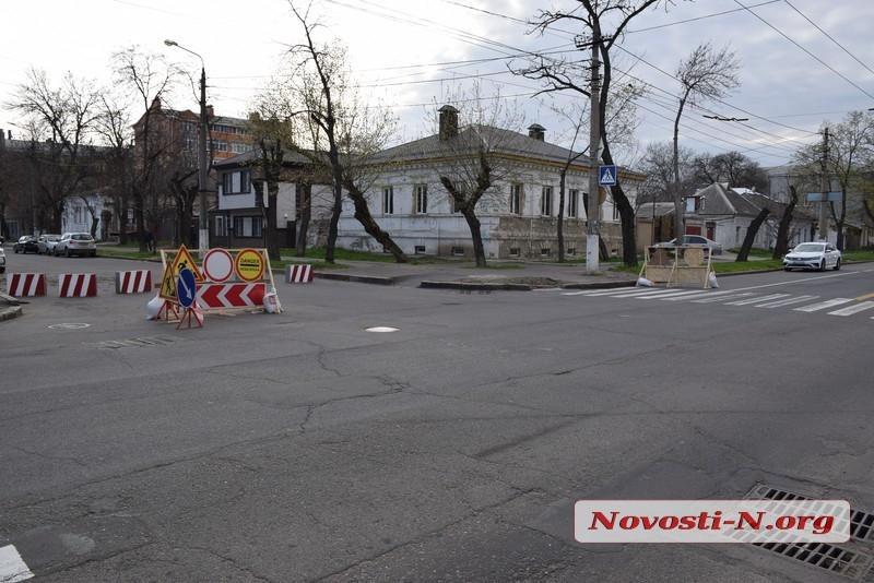 В центре Николаева перекрыли часть улицы: на дороге бетонные блоки
