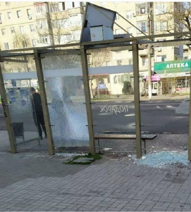 В Николаеве вандалы в очередной раз разбили стеклянную остановку