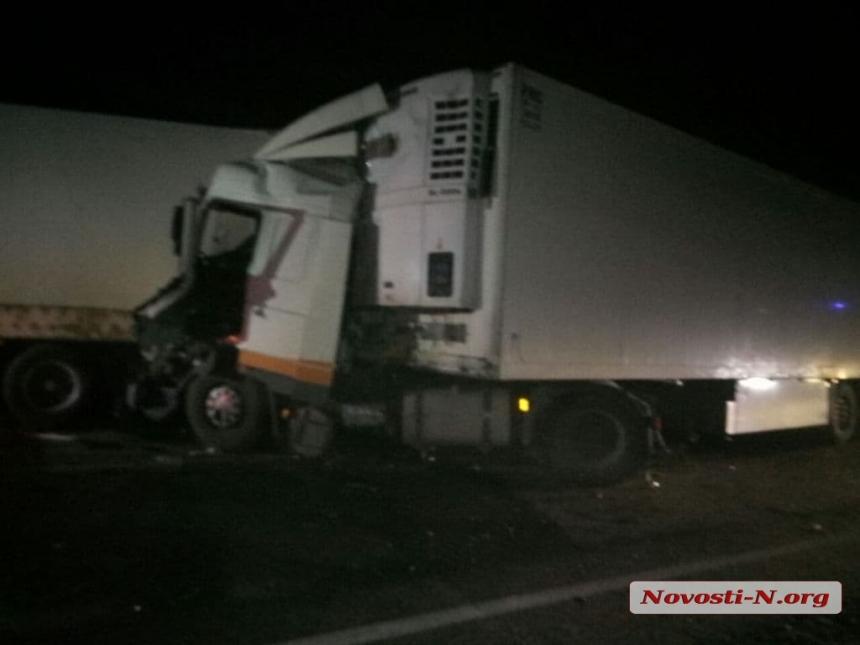 На трассе Николаев-Одесса столкнулись две фуры — пострадал водитель