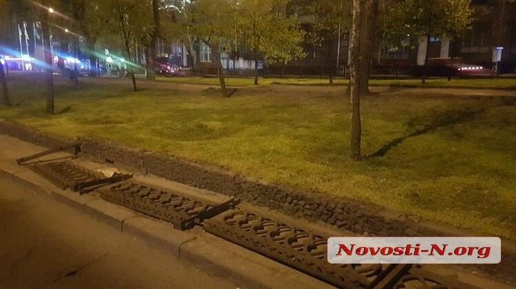 В центре Николаева неизвестные сломали тротуарное ограждение