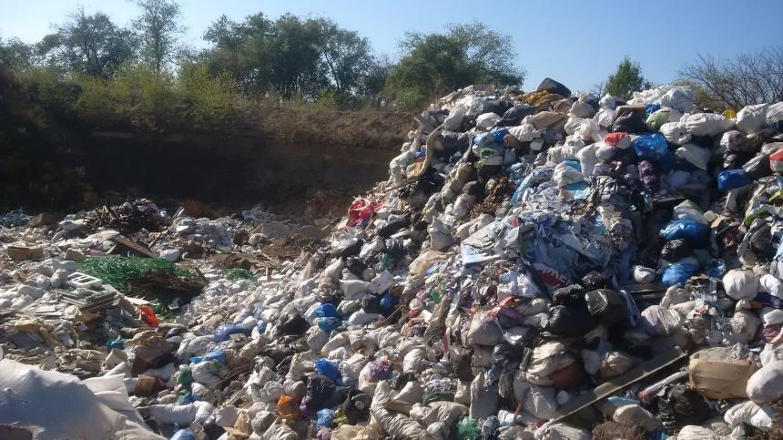 Песок вывозят, а мусор сбрасывают: под Николаевом действует незаконный песчаный карьер
