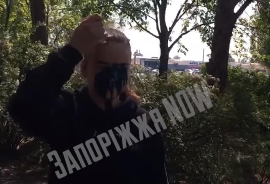 В Запорожье националисты заставили облиться зеленкой и поставили на колени 13-летнюю девочку