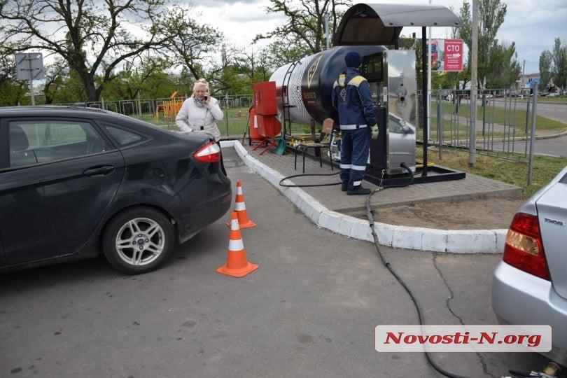 Автомобиль сломал ногу заправщику на АЗС в Николаеве