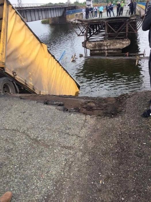 Под грузовиком обрушился мост через залив Каховского водохранилища: авто зависло на краю
