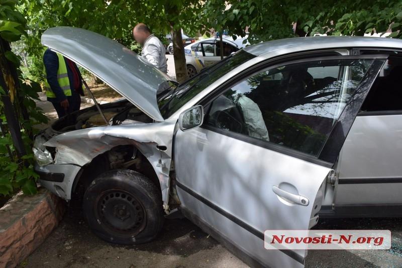 В центре Николаева «Фольксваген» врезался в забор после столкновения с «ВАЗом»