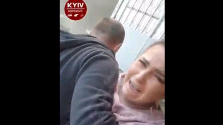 В Киеве таксист более 10 минут таскал за волосы и душил женщину. Видео