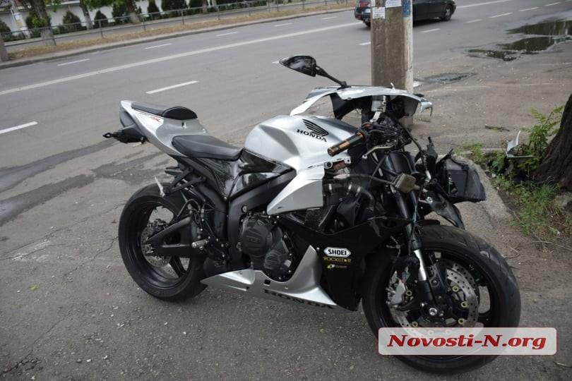 В Николаеве мотоциклист врезался в «БМВ»: пострадавшего увезла «скорая»