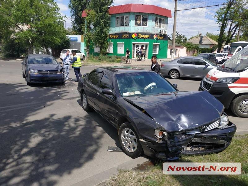 На перекресте в Николаеве столкнулись «Додж» и «Ниссан» — пострадала женщина