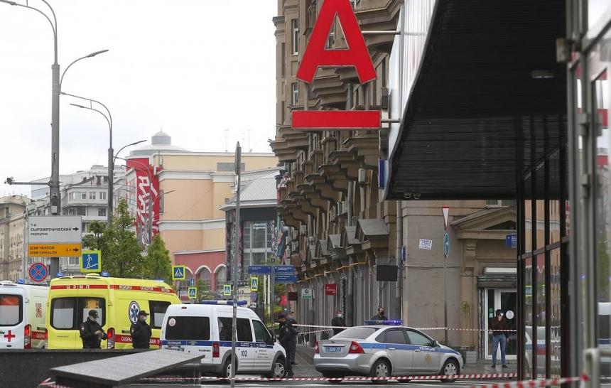 Захватчика банка в Москве задержали после штурма. ВИДЕО
