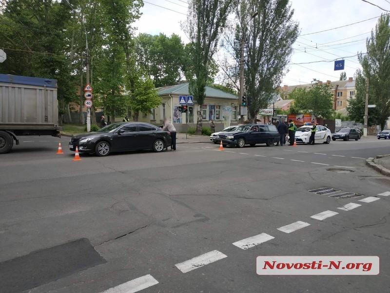 В центре Николаева пьяный водитель на «Опеле» въехал в «Мазду»