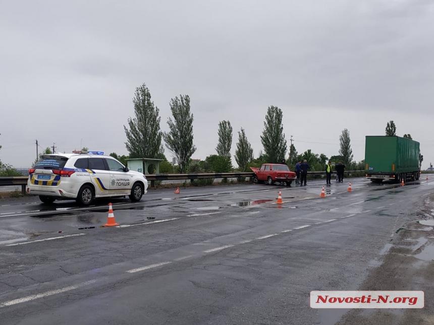 Под Николаевом столкнулись легковушка и фура — один пострадавший