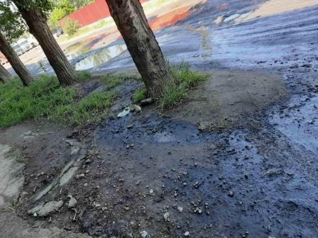В Николаеве прямо на дороге образовалась 121-метровая лужа из нефтепродуктов