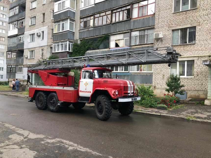 В Николаеве спасатели сняли мужчину с балконной плиты
