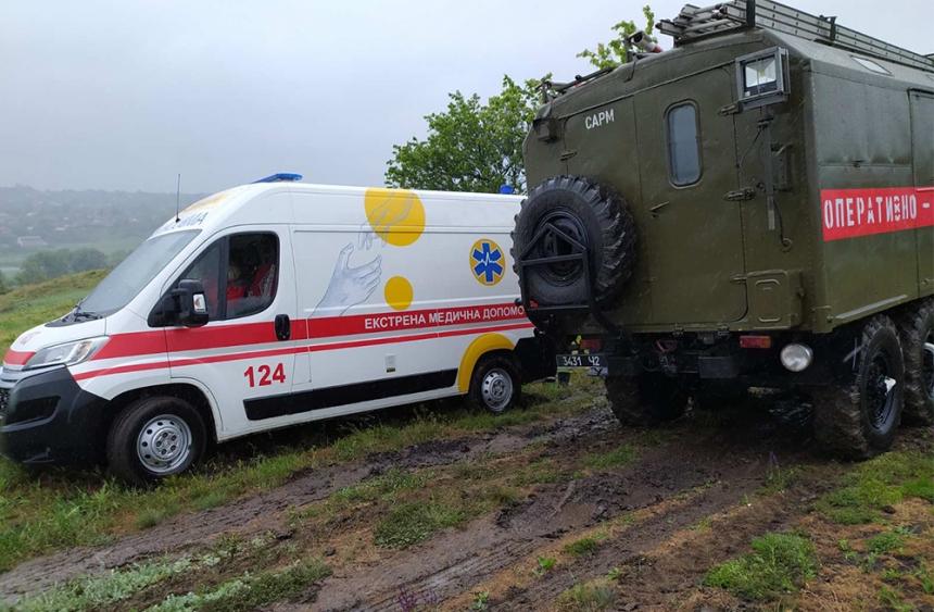 Под Первомайском «скорая»  застряла в грязи: вытаскивали спасатели