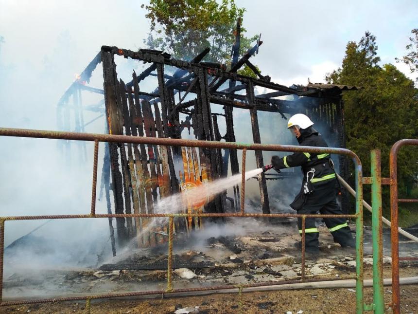 В Очакове умышленно сжигают пансионат «Прибой»