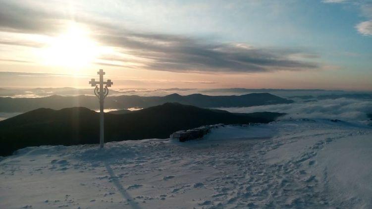 Во второй день лета в Карпатах 4 градуса мороза и лежит снег. Фото