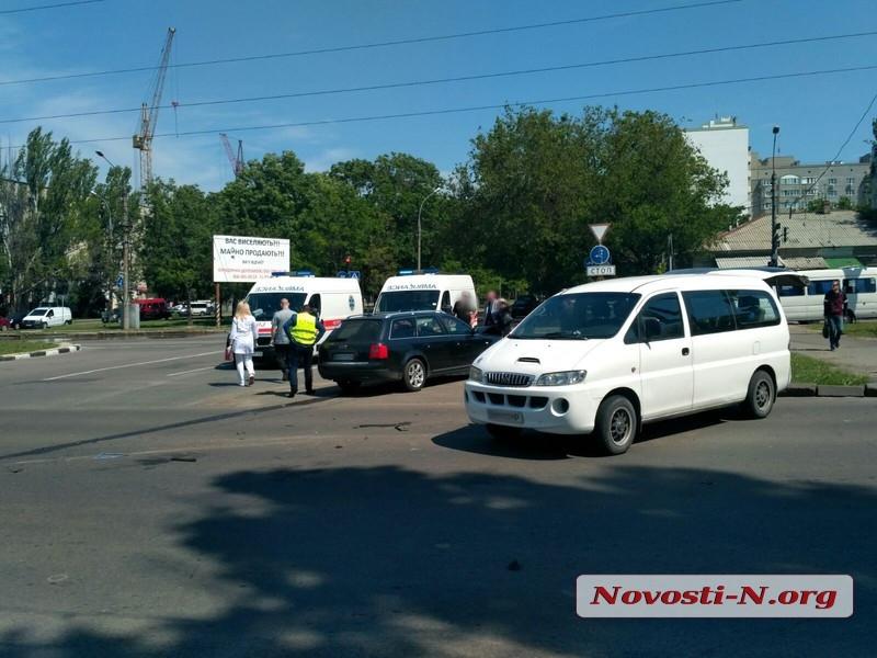 В центре Николаева столкнулись микроавтобус и «Ауди»: пострадали трое детей