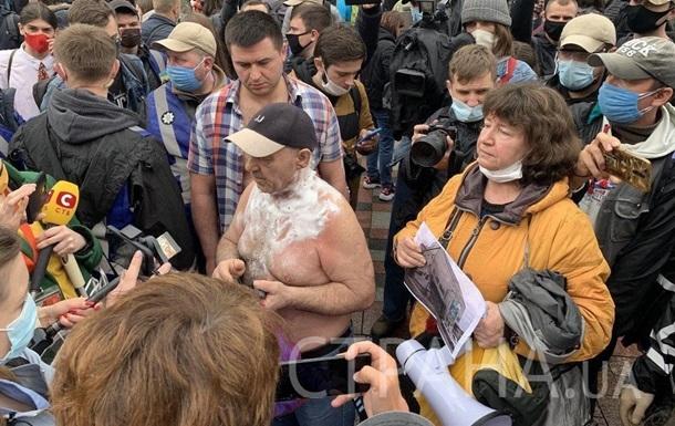 На митинге возле Рады мужчина пытался устроить самоподжог. ВИДЕО