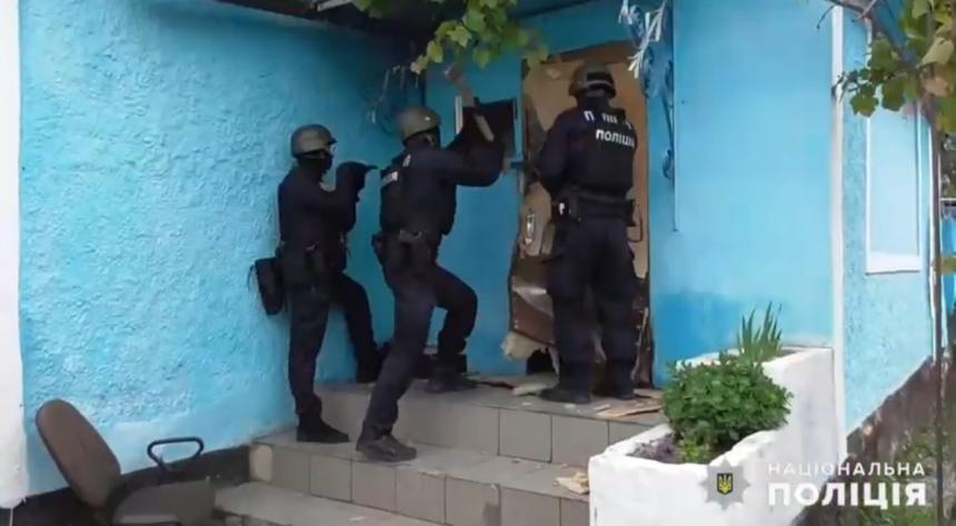 На Николаевщине спецназ штурмом взял дом изготовителей опия. Видео