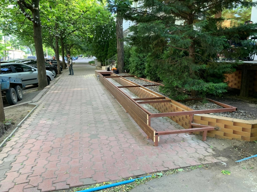 В Николаеве у ресторана депутата устанавливают «летник», частично зани