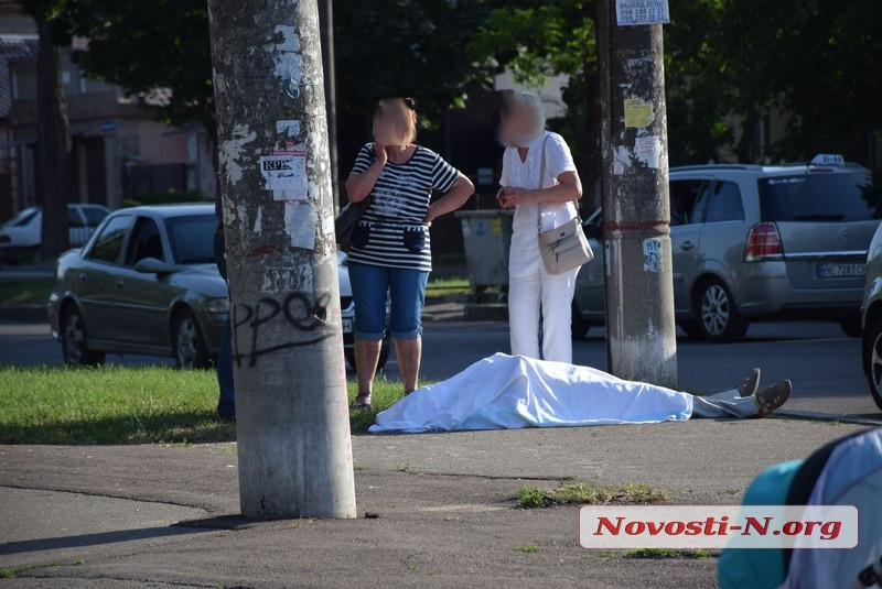 В Николаеве тело мужчины, умершего на улице, не могут увезти около трех часов