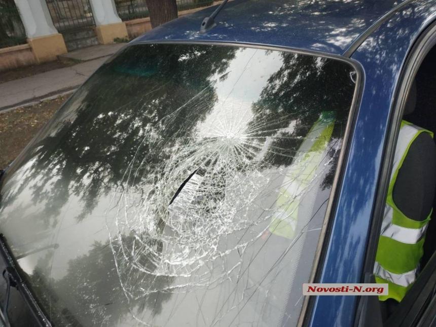 В центре Николаева такси врезалось в эвакуатор – у таксиста перелом позвоночника
