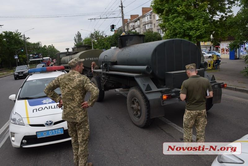 В Николаеве армейский бензовоз врезался в кроссовер «Киа»