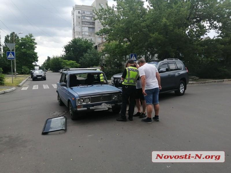 В центре Николаева столкнулись Land Cruiser и ВАЗ: пострадавшая вылетела через лобовое стекло
