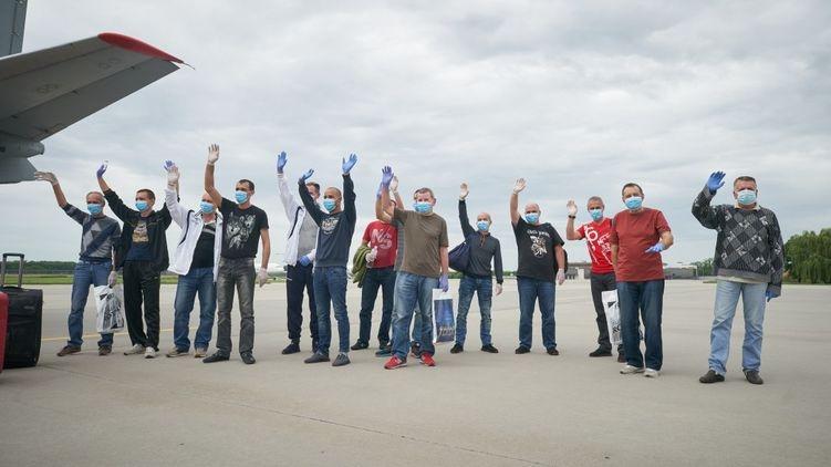 После трехлетнего заключения в ливийской тюрьме домой вернулись 14 украинских моряков
