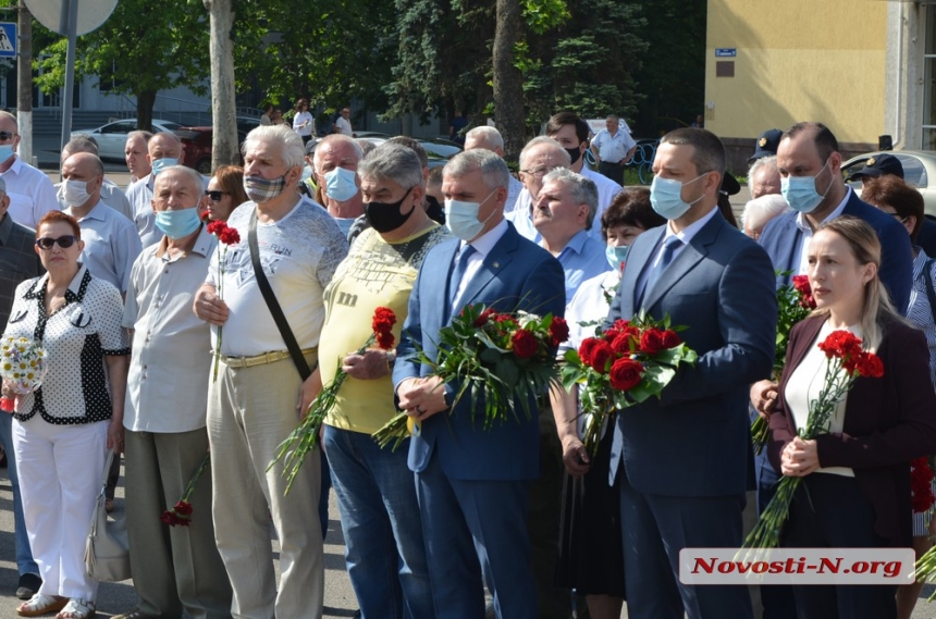 Николаевцы возложили цветы к Вечному огню и памятнику ольшанцам